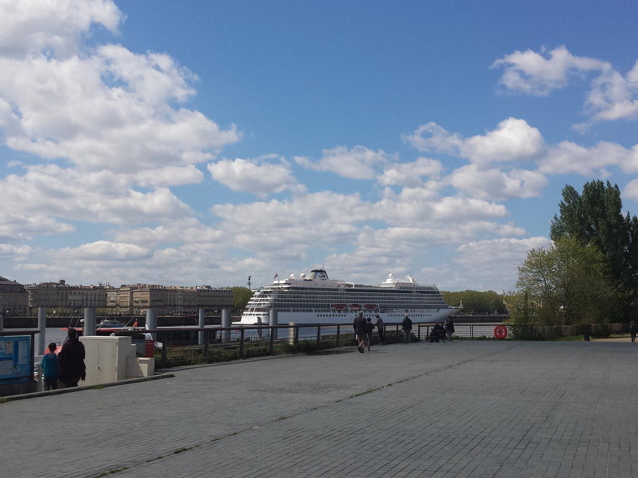 2016-04-24-Viking-Star-docked-In-Bordeaux