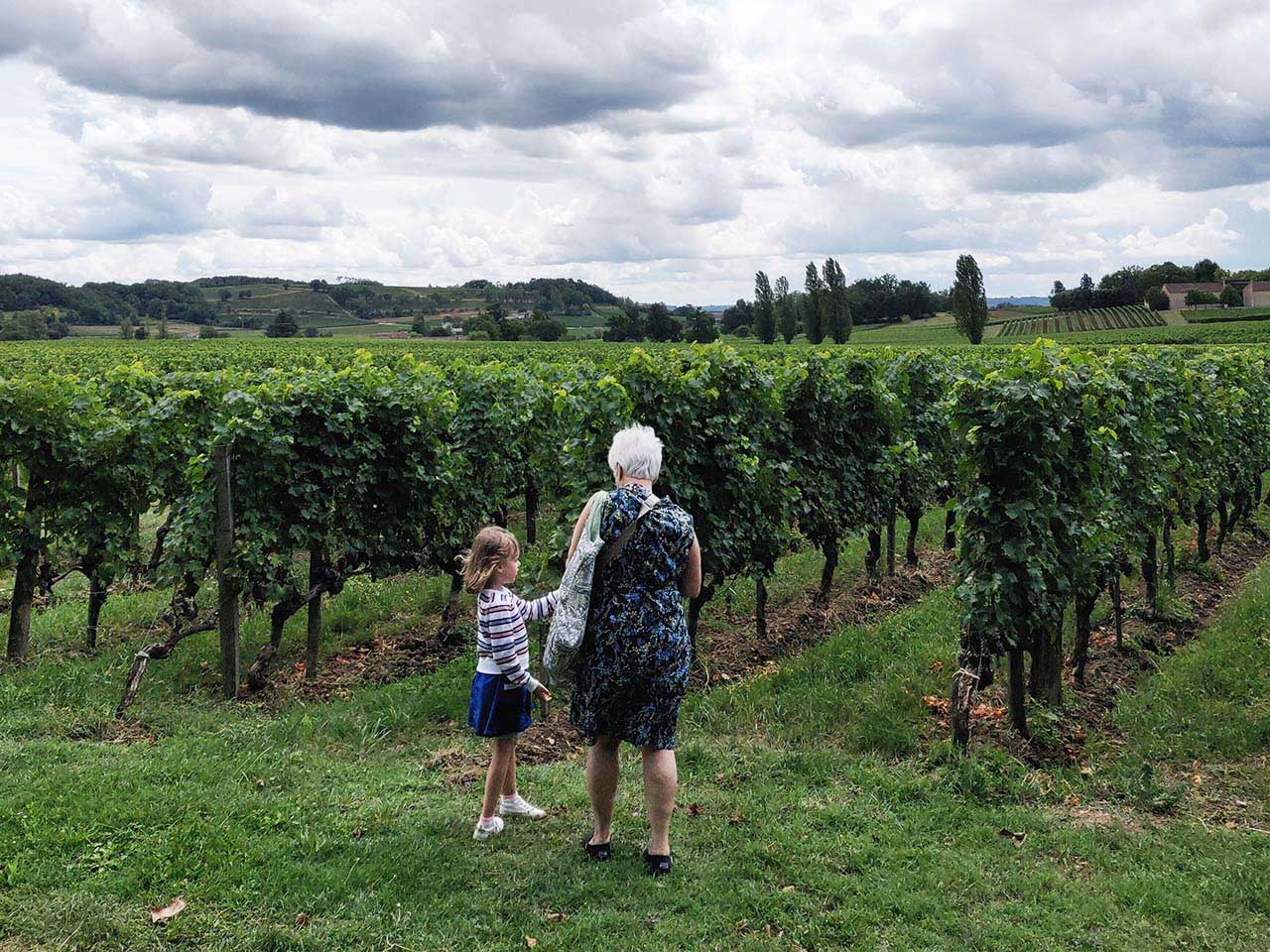 Grandma-Grand-daughter-in-the-vines-Bordeaux-wine-tours